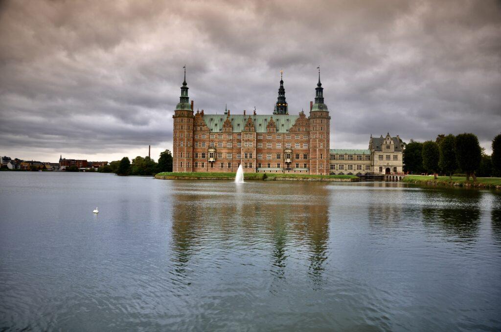 Zamek Frederiksborg w Hillerød. Widok od strony ogrodów.
